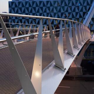 Ledstångsbelysningen HLS Snap på cykelbron som förbinder Helsingborgs C med Oceanpiren